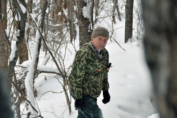 Bild 1 von 5: Alexander Batalow ist einer der wenigen Experten, die sich tief hinein wagen ins Reich der Tiger - in die Taiga am Amur-Fluss.