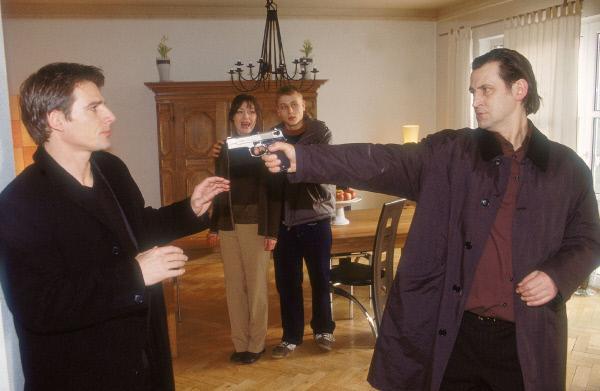 Bild 1 von 11: Tom (René Steinke, li.) platzt in einen Familienstreit der Freeses. Marcel (Max Riemelt, 2.v.li.) und Isabelle (Marion Mitterhammer) geraten in Panik, als Werner Freese (Ingo Naujoks, re.) die Waffe auf Tom richtet...