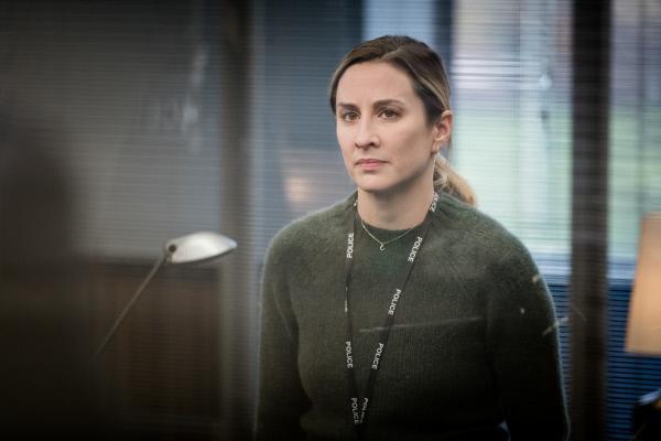 Bild 1 von 3: Lisa Armstrong (Morven Christie) beichtet ihrem Chef, den One-Night-Stand mit Sean.