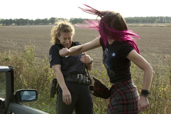 Bild 1 von 8: Sascha (Laura Berlin, r.) greift die Polizistin (Alessija Lause, l.)  an, weil sie sich von ihr provoziert fühlt.