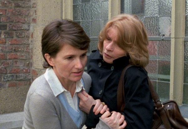Bild 1 von 11: Eriks Schwester Sabine (Victoria Trauttmannsdorff), die während Carlas Gefangenschaft stets Kontakt zu ihr gehalten hat, erleidet einen Schwächeanfall, als sie Carla (Senta Berger, re) besucht, die sich bei ihr bedanken will.
