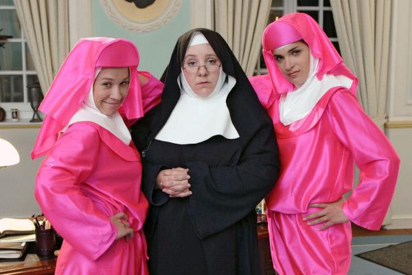 Bild 1 von 5: Die Mutter Oberin (Mackie Heilmann, M.) ist entschieden der Meinung, dass es ihren Glaubensschwestern (Sabine Menne, l.; Judith Döker, r.) an Demut mangelt ...