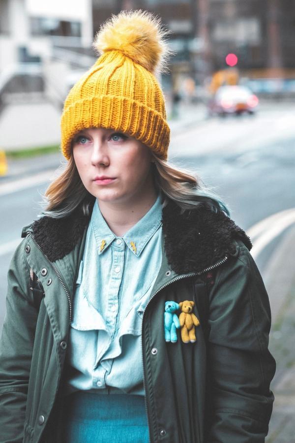 Bild 1 von 1: Meg's (Alexa Davies) zweite Identität als barbarische Bucklige sieht man ihr im echten Leben gar nicht an.