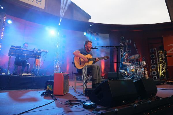 Bild 1 von 2: Hans Söllner aus Bad Reichenhall spielt mit seiner Band \