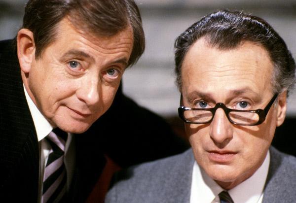 Bild 1 von 1: Von links: Bernard Woolley (Derek Fowlds) und Jim Hacker (Paul Eddington).