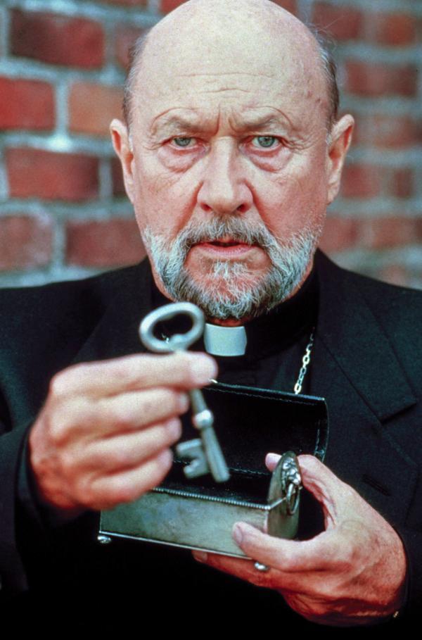 Bild 1 von 5: Priester Loomis (Donald Pleasence) wird auf einen mysteriösen Fall aufmerksam: Ein verstorbener Priester, letztes Mitglied eines alten Geheimbundes, hinterlässt seiner Nachwelt einen Schlüssel, der das Gewölbe unterhalb einer verlassenen Kirche öffnet Ö