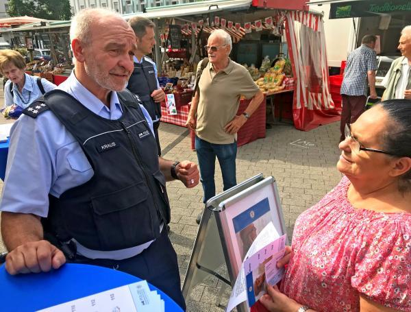 Bild 1 von 2: Der Karlsruher Hauptkommissar Remigius Kraus warnt Senioren vor den miesen Tricks der Telefonbetrüger: \