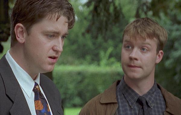 Bild 1 von 4: Sergeant Troy (Daniel Casey, l.) ist nicht begeistert: Cully Barnabys Freund, der angehende Schauspieler Nico (Ed Waters, r.), bereitet sich auf seine neue Rolle als Sergeant vor und beobachtet ihn deshalb bei den Ermittlungen zu seinem neuestem Fall.