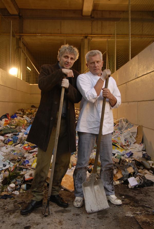 Bild 1 von 16: Die beiden Kriminalhauptkommissare Franz Leitmayr (Udo Wachtveitl, links) und Ivo Batic (Miroslav Nemec) suchen in der Müllverbrennungsanlage Oberföhring nach Beweisen.