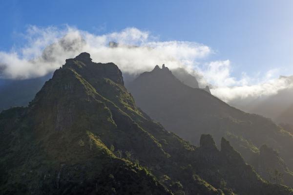 Bild 1 von 10: An den hohen Bergen im Zentrum Madeiras bleiben häufig Wolken hängen, sodass im Norden der Insel deutlich mehr Regen fällt als im Süden.