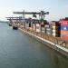 Menschen, Kräne und Container