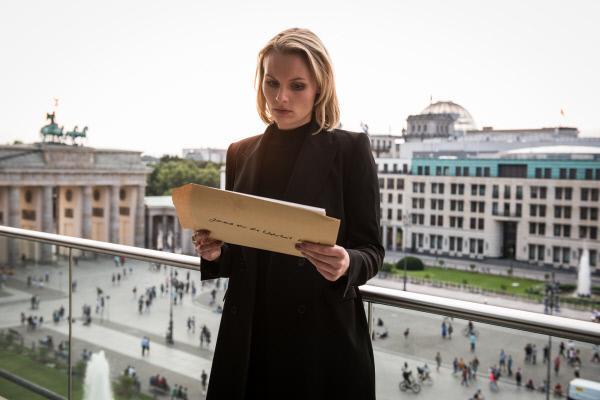 Bild 1 von 9: Eva Blumenthal (Rosalie Thomas) erhält kompromittierende Fotos, die sie schwer unter Druck setzen.