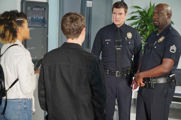 Bild 1 von 3: John Nolan (Nathan Fillion, 2.v.r.) und Sergeant Wade Grey (Richard T. Jones, r.) bekommen Besuch von ihren Kindern.