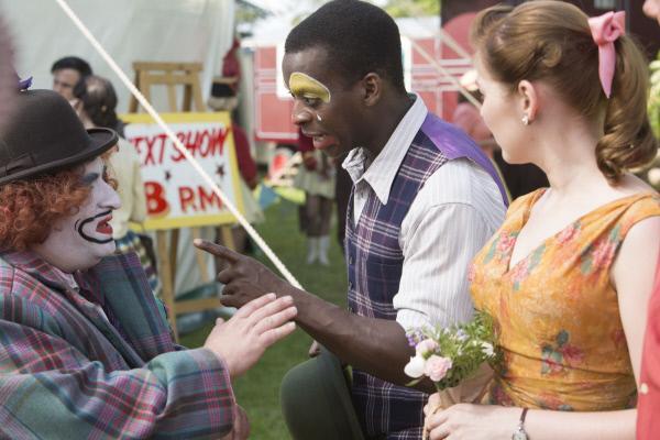 Bild 1 von 5: Marvin (Kobna Holdbrook-Smith, Mitte) schimpft Smythe (Sevan Stephan, l.), da dieser sich vor der Show den Leuten zeigt. Ebenfalls im Bild: Laura (Justine Cain, r.).