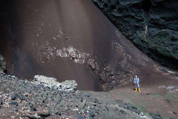 Bild 1 von 5: Dies ist keine Felsformation oder geologische Besonderheit: Auf Borneo stößt Dirk Steffens auf einen wahrlich riesigen Haufen Fledermauskot. In der Gomantong-Höhle leben Millionen Fledermäuse. Ihr Kot hat die Höhle mit geformt.