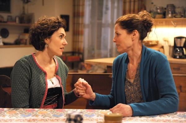 Bild 1 von 3: Fanny möchte die Familie wieder vereinen und spricht sich mit Annalena aus. Von links: Fanny Brunner (Katrin Lux) und Annalena Brunner (Heidrun Gärtner).