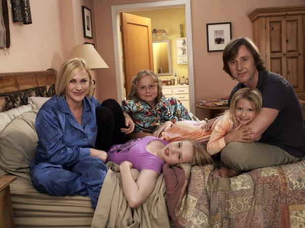 Bild 1 von 6: (7. Staffel) - Ihre Familie bedeutet Allison (Patricia Arquette, l.) alles: Joe (Jake Weber, r.), Ariel (Sofia Vassilieva, vorne 2.v.l.), Bridgette (Maria Lark, hinten 2.v.l.) und Marie (Madison Carabello, 2.v.r.)
