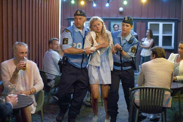 Bild 1 von 6: Lokale Polizisten nehmen die junge Felicia (Kajsa Sandberg) zum Ausnüchtern mit auf die Polizeistation.