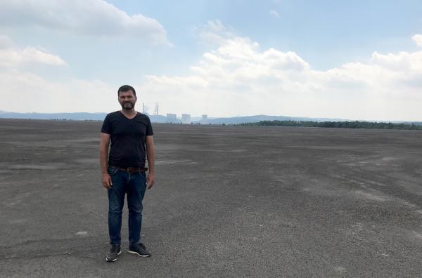 Bild 1 von 4: Umweltschützer und Lokalpolitiker Octavian Berceanu auf einer riesigen Abraumhalde einer Mine in der Nähe von Rovinari