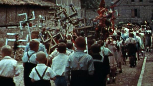Bild 1 von 2: Kinder bei einem Propaganda-Marsch der Nationalsozialisten.
