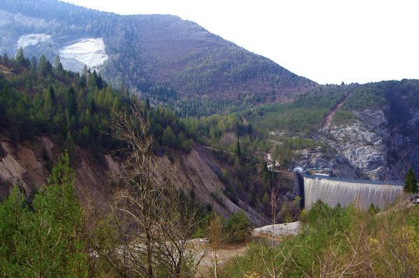 Bild 1 von 11: Vermeidbare Staudamm-Katastrophe: 2000 Menschen starben in Vajont, als ein Berghang (links oben) in den Stausee rutschte.
