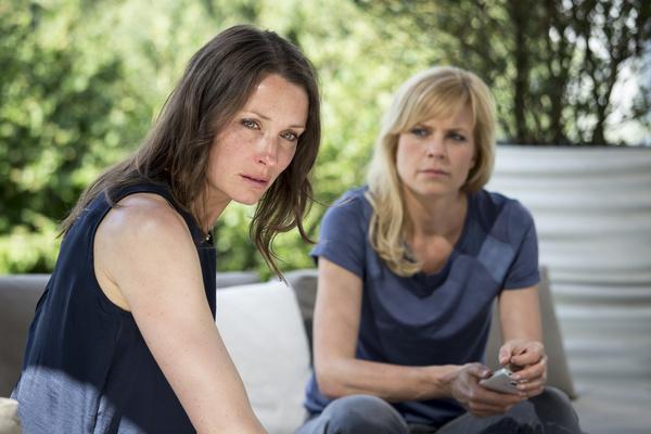 Bild 1 von 5: Eva Malevich (Kathrin Kühnel), Ina Zimmermann (Melanie Marschke).