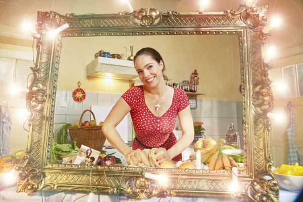 Bild 1 von 9: Verena Altenberger spielt die patente polnische Altenpflegerin Magda, die mit ihrem osteuropäischen Akzent und ihrem sexy Aussehen zum unverzichtbaren Mittelpunkt der überlasteten Familie Holtkamp wurde.