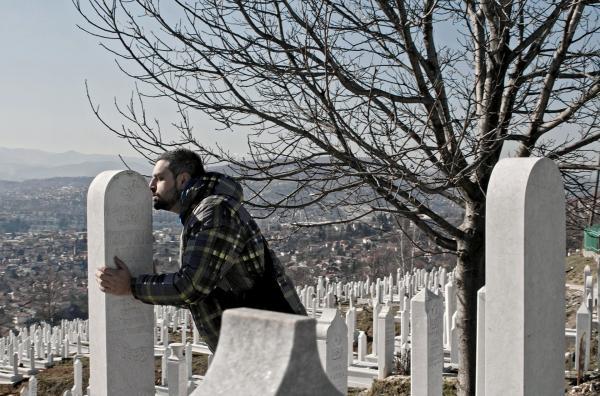 Bild 1 von 6: Aljosa Basic hat seinen besten Freund Amar in der Nachkriegszeit verloren, als ihn junge Randalierer erschossen haben. Er besucht sein Grab und raucht eine Zigarette \