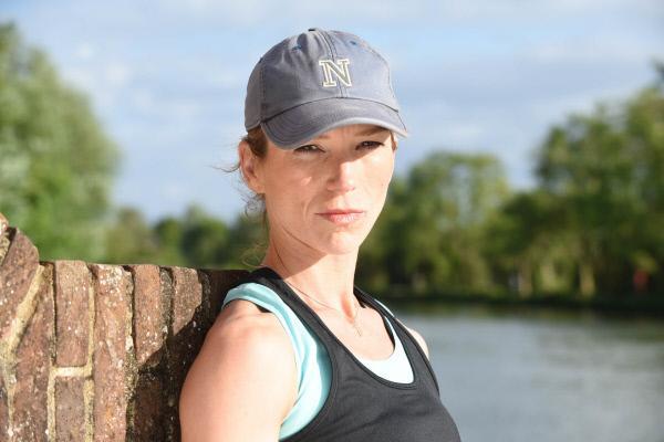 Bild 1 von 7: Die ehemalige Universitätsdozentin Carina Beskin (Honeysuckle Weeks) ist über den grausamen Tod ihres Bruders Phil entsetzt.