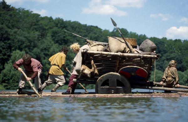 Bild 1 von 1: Westgoten überqueren die Donau im Jahre 376 auf der Flucht vor den Hunnen.