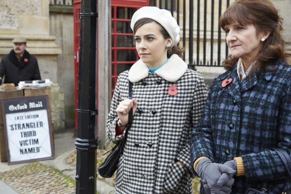 Bild 1 von 7: Joan Thursday (Sara Vickers, l.) und ihre Mutter Win Thursday (Croline O'Neill, r.) warten auf den Bus. Ganz Oxford scheint von den Taten des Serienmörders erschüttert zu sein.