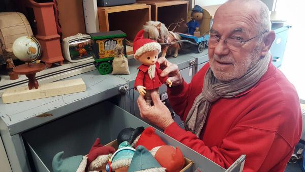 Bild 1 von 3: Winfried Kujas betreut das Lager mit den Sandmann-Puppen und Requisite.