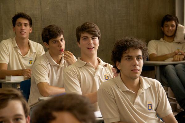 Bild 1 von 5: Jean (Thales Cavalcanti, Mi.) ist der Sohn einer Familie aus der Oberschicht Rio de Janeiros und besucht eine renommierte Privatschule.