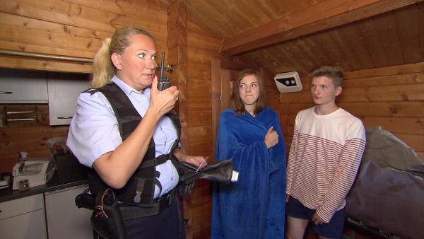 Bild 1 von 2: Die Cops Seifert (li.) und Brenner erwischen zwei Teenager beim Sex. Das Prekäre an der Situation: Lisa (mi.) ist erst 13...