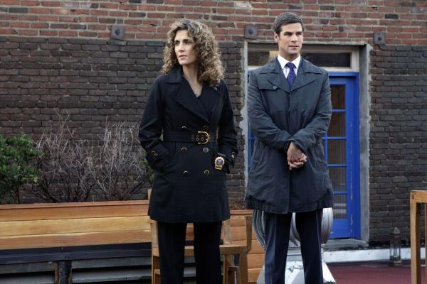 Bild 1 von 8: Tatort Dachgarten. Ein erfolgreicher Unternehmer wurde tot aufgefunden. Die Detectives Stella Bonasera (Melina Kanakaredes) und Don Flack (Eddie Cahill) sollen Licht ins Dunkel bringen.