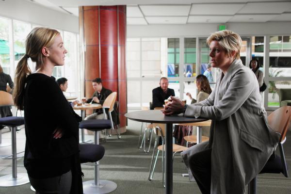 Bild 1 von 6: Emily (Molly Price, r.) kommt überraschend zu Besuch. Werden sie und ihre Schwester Samantha (Poppy Montgomery, l.) sich wieder annähern?