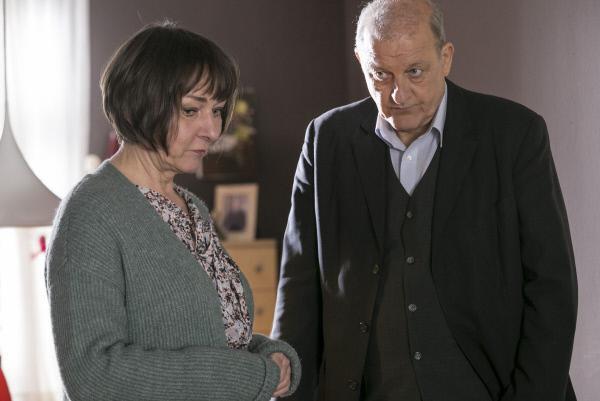 Bild 1 von 14: Rosemarie Dettmer (Steffi Kühnert) lässt sich von Wilsberg (Leonard Lansink) nicht von ihrer irrationalen Liebe zu einem Pfarrer abbringen.