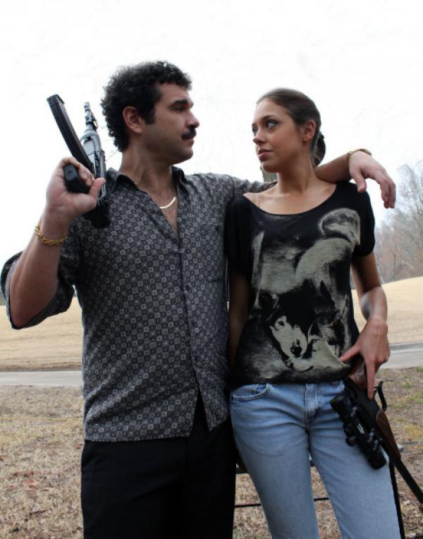 Bild 1 von 1: Lisa Fotopoulos (r.) und ihr Ehemann (l.) werden mitten in der Nacht von einem Mann überrascht, der ohne zu zögern auf ihre Köpfe schießt ...