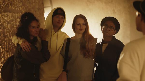 Bild 1 von 4: Ines (Eubha Akilade), Jeff (Castle Rock Peters), Thea (Hannah Dodd) und Dash (Hiran Abeysekera) befürchten, dass Reuben (Manuel Pacific, r.) sie und ihre geheime Untergrund-Tanzgruppe an die Schuldirektorin verraten könnte.