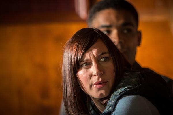 Bild 1 von 6: Valerie Horton (Ruth Sheen) und Bartholomew Hines (Kingsley Ben-Adir) werden beim Liebesgespräch in der Sakristei überrascht.