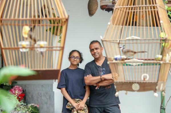 Bild 1 von 5: Vogelzüchter Amir Finches und seine 13-jährige Tochter Amirah trainieren Vögel für einen Singvogelwettkampf.