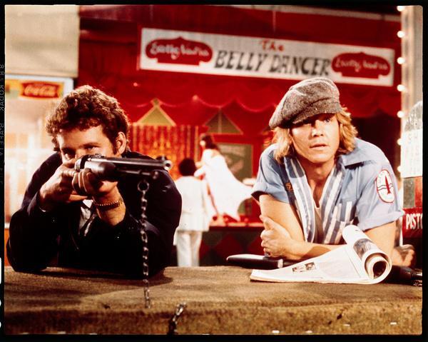 Bild 1 von 9: Er (Timothy Bottoms, l.) liebt Jahrmärkte, treibt sich gerne auf ihnen herum und kundschaftet sie dabei aus. Denn er legt Bomben an Achterbahnen und will eine Menge Geld erpressen, dafür dass er sie nicht zündet.