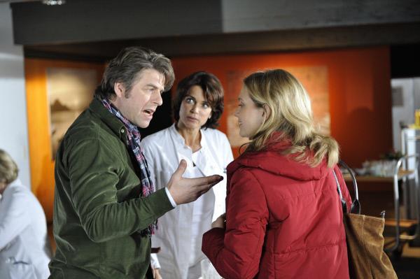 Bild 1 von 13: Henning (Uwe Fellensiek, l.) wird von seiner Exfrau Mara (Nina Weninger, r.) vor Jasmin (Gerit Kling, M.) bloßgestellt.