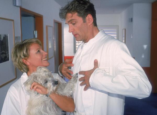 Bild 1 von 6: Nikola (Mariele Millowitsch) testet Dr. Schmidts (Walter Sittler) Tierliebe.