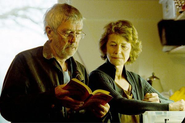 Bild 1 von 3: Geoff (Tom Courtenay) und Kate (Charlotte Rampling) entziffern mit Hilfe eines eingestaubten Wörterbuchs den Brief aus der Schweiz.