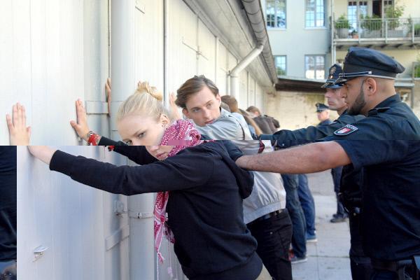 Bild 1 von 10: Das Aus für die Rechtsradikalen im Hinterhof: Viki (Eva Nürnberg) und Richie (Alexander Finkenwirth, 2.v.li) in Polizeigewahrsam.