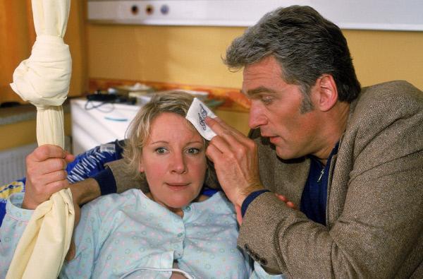 Bild 1 von 5: Erschöpft liegt Nikola (Mariele Millowitsch) in Schmidts (Walter Sittler) Armen, der sich liebevoll um sie kümmert