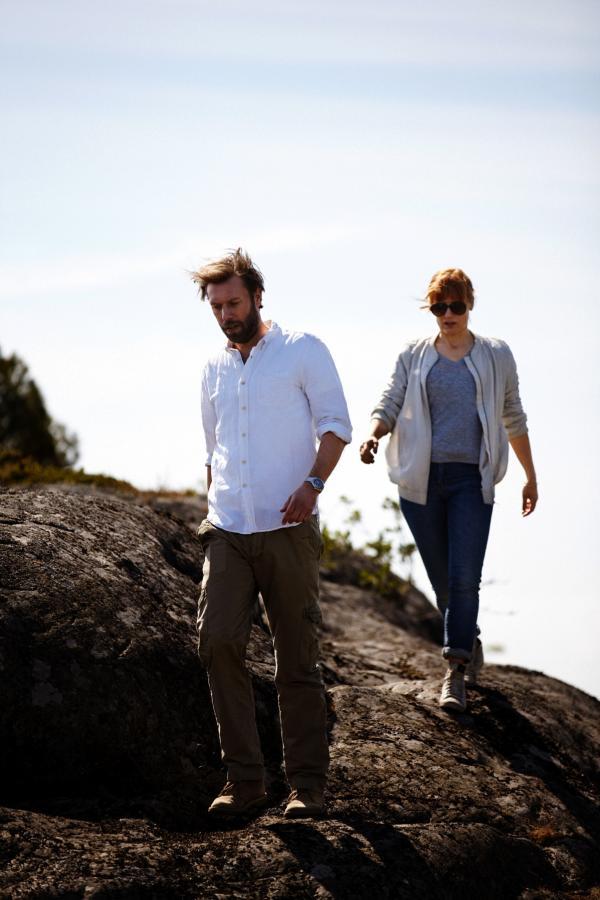 Bild 1 von 4: Thomas (Jakob Cedergren) und Kollegin Mia (Sandra Andreis) machen sich zum Tatort eines weiteren Mordes auf.