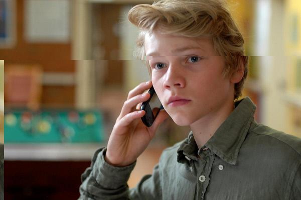 Bild 1 von 8: Max (Bruno Alexander) beobachtet die Stationsschwester - und Lusi hört am anderen Ende des Telefons mit.