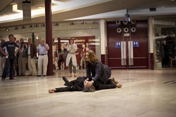 Bild 1 von 9: Wolfer (Hannes Hellmann, l.) wird niedergeschossen, Jenny (Aglaia Szyszkowitz, r.) eilt zu ihm.